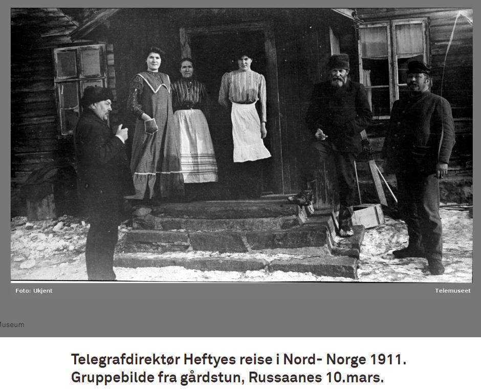 Gruppebilde fra gårdstun i Russånes, 10. april 1911. Thomas Heftye til høyre.