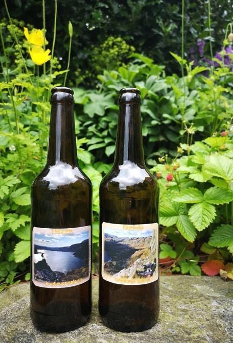 Brudgommen hadde brygget eget øl for anledningen med etiketter som hadde motiv ifra Sandsa.