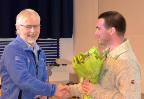 Morten Helgesen mottar blomster for sin innsats for DNT så langt