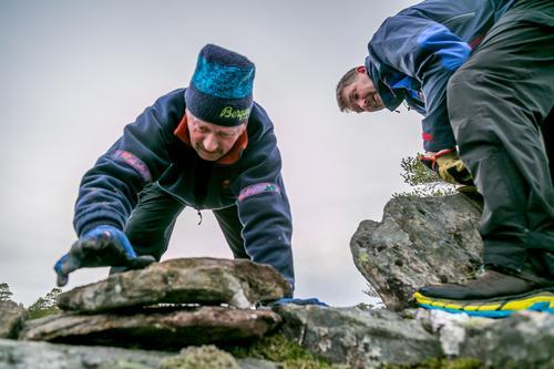 Jens Halten og Alf Inge Jenssen bygger varder på Sandvikstien.