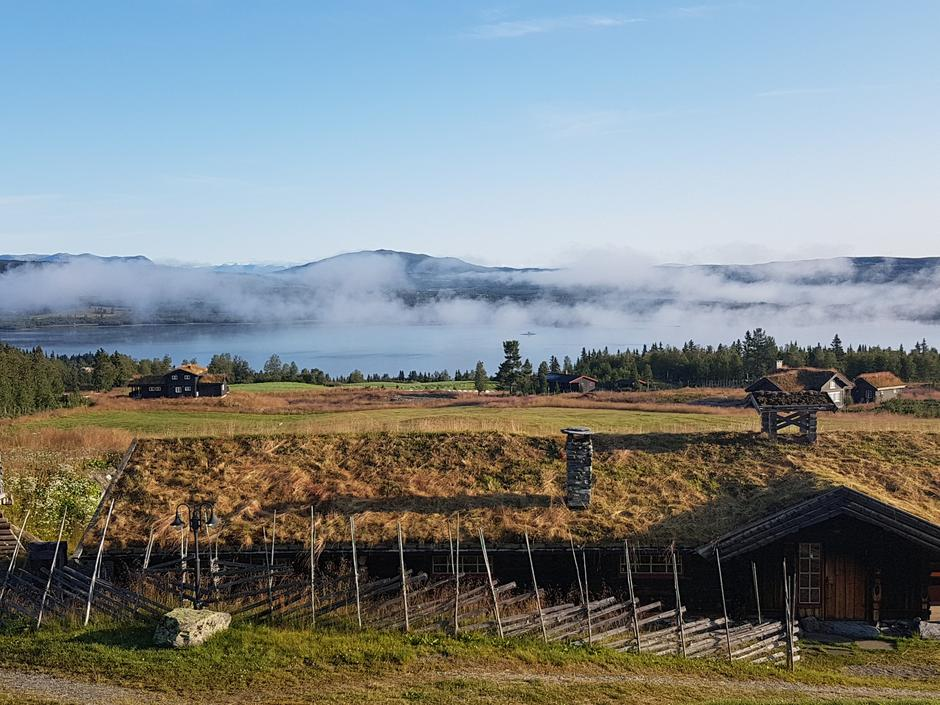 Tidleg morgon med dis over Tisleifjorden. Fjøset med gras på taket lengst framme. Fin utsikt frå min altan.