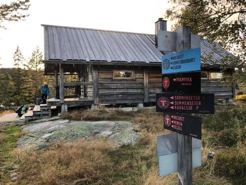 Sveinsbu er en av de koselige hyttene vi skal overnatte på, og det første stoppet på turen.