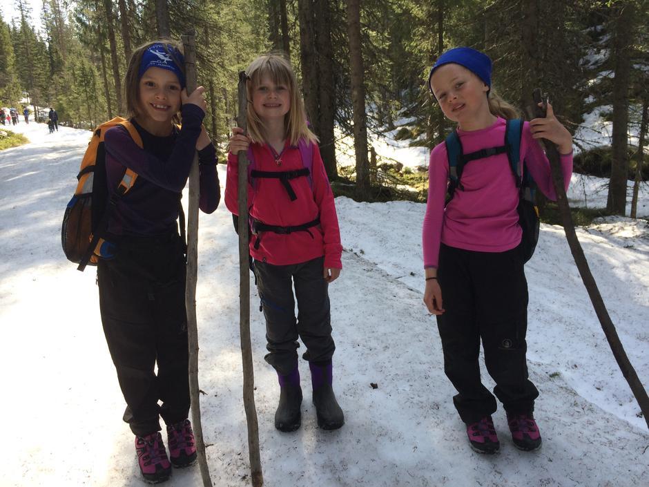 Tre jenter på vårtur til Snellingen.