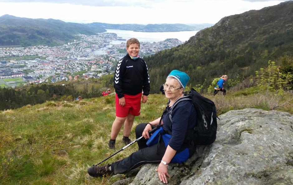 Halldis (79) tar seg en pause under 7-fjellsturen.
