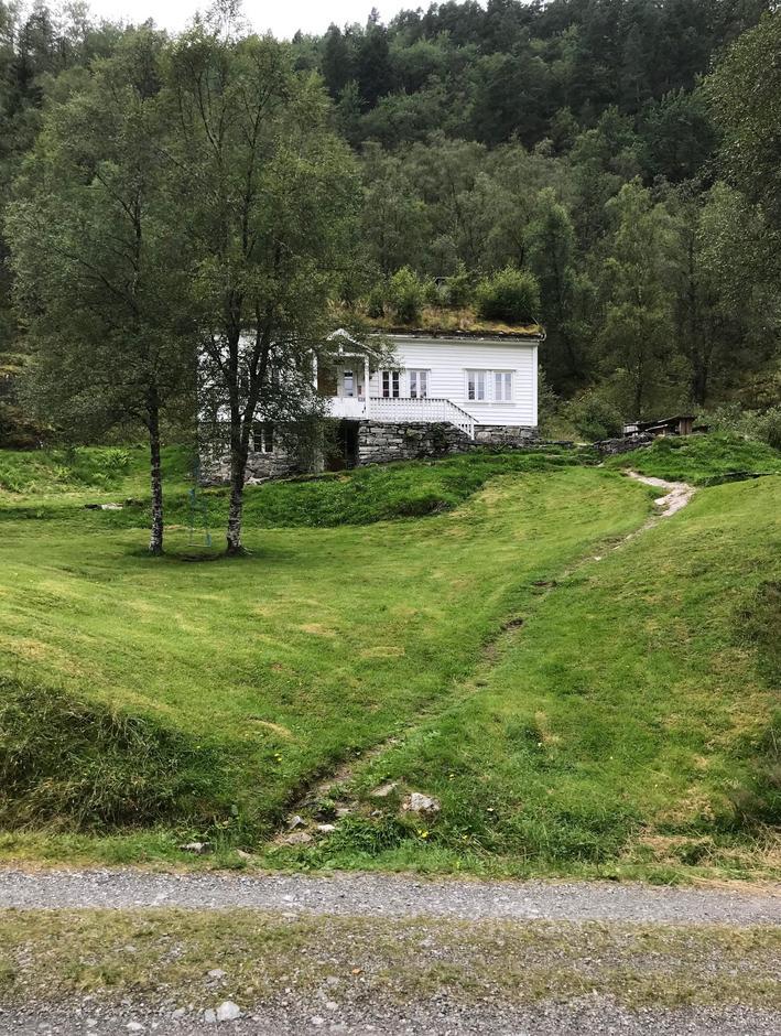 Torsdag 13.8: Træet Gård passeres på vei fra Botnen til Blomdalsleitet. Perfekt sted å overnatte for å utforske Osterøy.