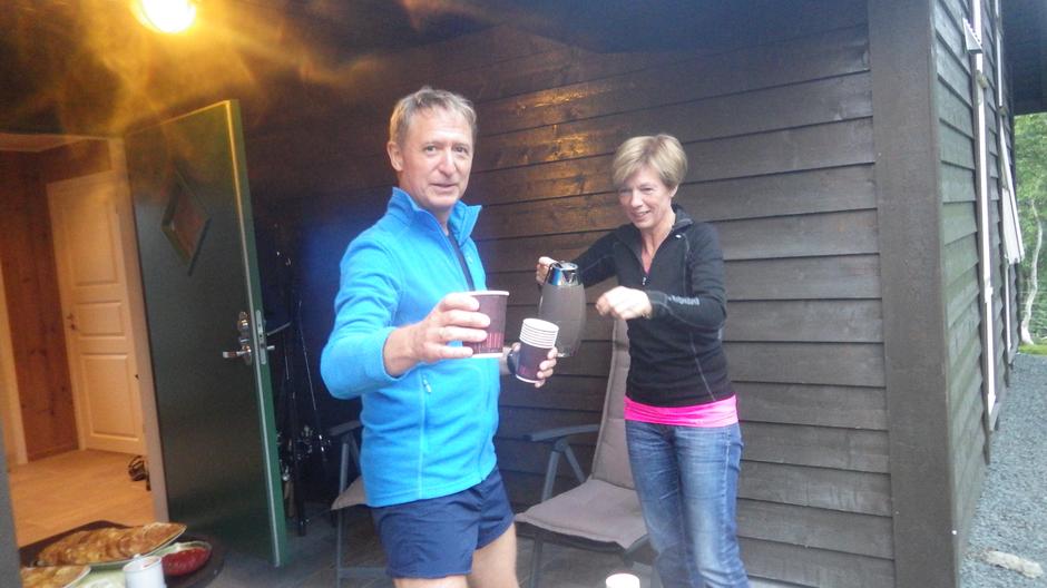 Aud og Kurt byr på kaffe og vafler