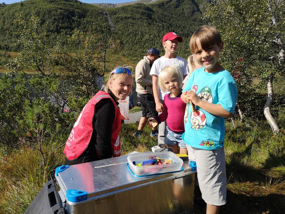 Ingvild Tømta engasjerte mange barn med terrengløype. Serine Rønning og William Rønning sprang mange runder. Kom deg UT-dagen i Skorgedalen i Rauma 01.09.19