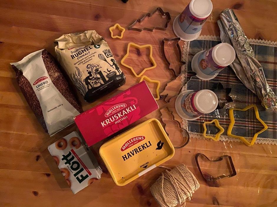 Det du trenger: kakeformer/avskjært melkekartong, tråd, delfia/flott matfett, aluminiumsfolie/bakepapir, kjele.  Det du kan bruke i fuglematen: grovhakket tørket frukt, havregryn, solsikkefrø, linfrø, sesamfrø, hakket usaltet nøtter, korn av ulike typer, havrekli, kruskakli.