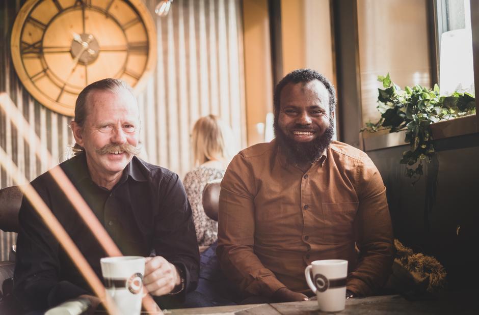 LATTERMILDT: Det er sjelden langt mellom smilene for Rolf Espeland (til venstre) og Mohammad Said Ahmed.