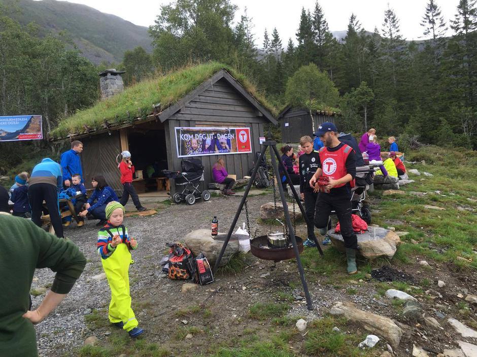 Grilling og aktivitet på Naturmøteplasen.