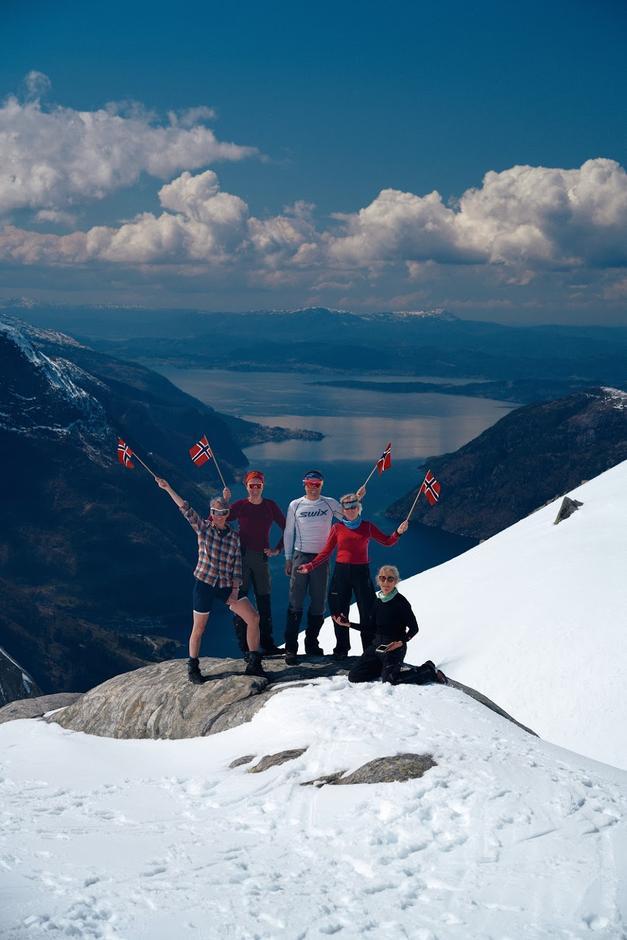 Hardingeskaret 1.mai med utsyn over Maurangerfjorden. Eit knippe fornøgde deltakarar