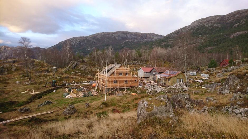 Arbeidet på Bakken fortsetter. Her ser en også forholdene på nordsiden av Lysefjorden.