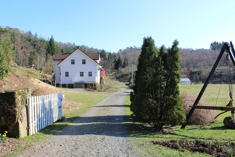 Stien fra Fidsel starter med å gå forbi huset og låven på bildet.