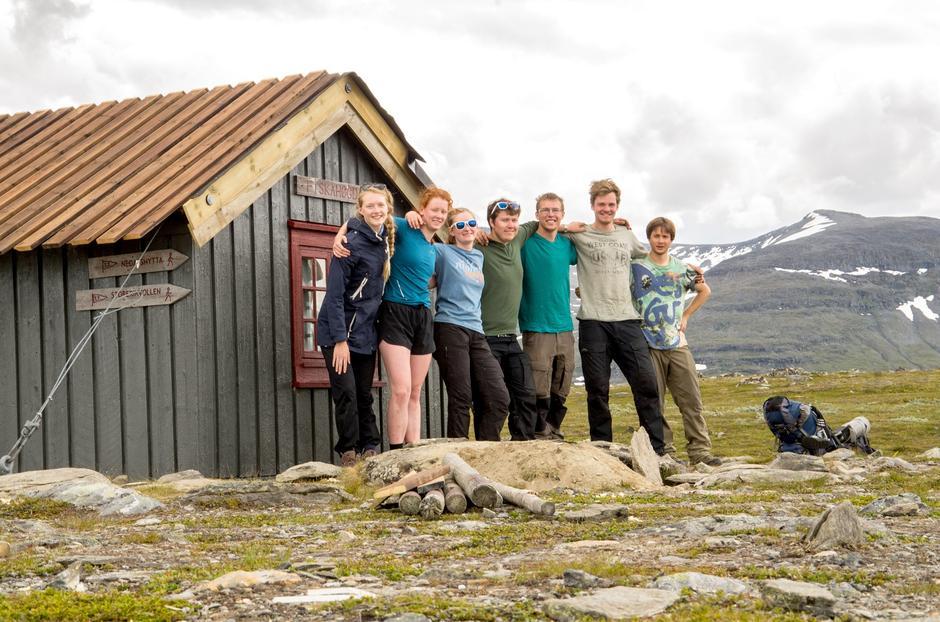 REN FORNØYELSE: Etter fem dagers hardt arbeid kan gjengen ved Linn, Jessika, Ingrid, Kristian, Egil, Leander og Andreas samles foran den nyrestaurerte hytta.