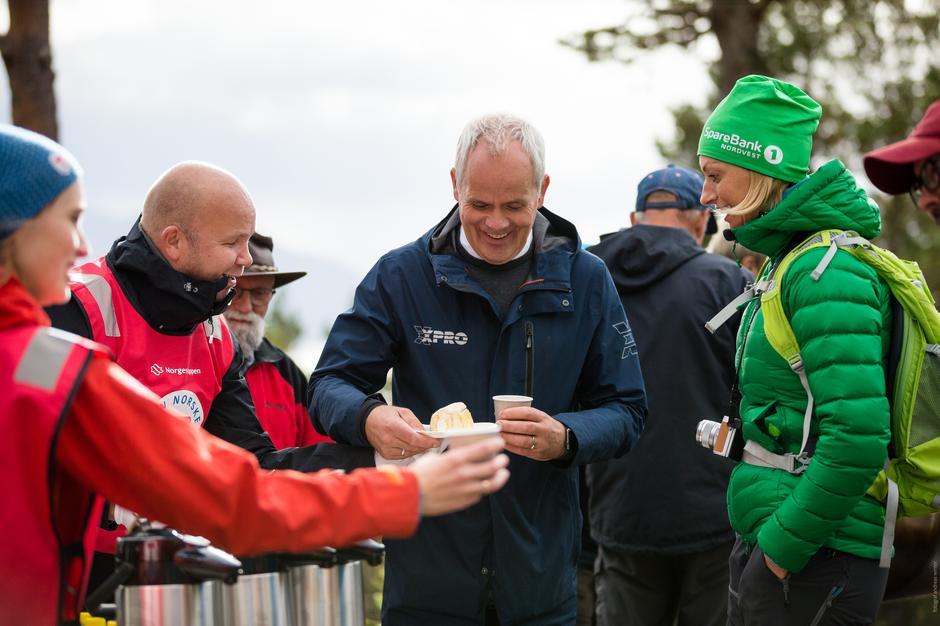 Kake og god stemning hos Armin Sunde, Ivar Sæther (prosjektleder fra XPRO) og banksjef i Sparebank1 Nordvest, Siw Bergsås.