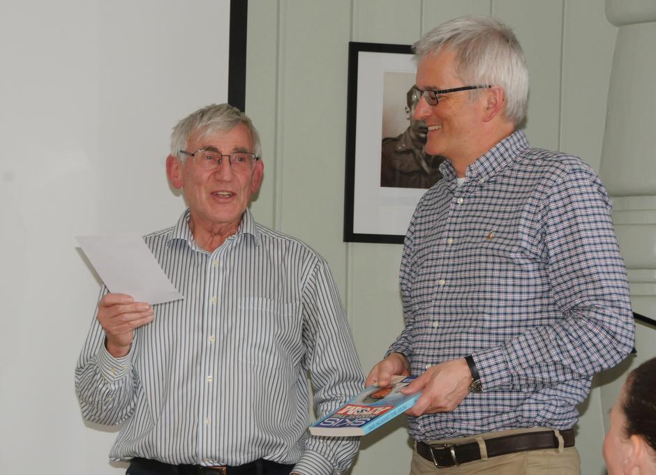 Bjørgulf gir Preben Falck farens bok som gave