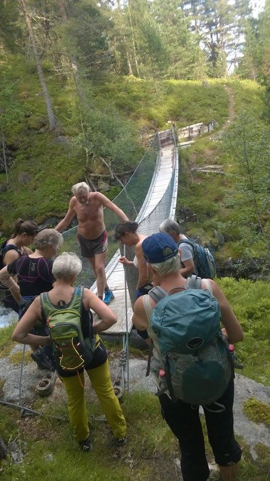 20.07.2016 - Flott onsdagstur til Skihella med topp turleiar og historiefortellar Magnar Sunde i spissen for gruppa med 8 deltakarar. Varmt og godt ver heile turen.