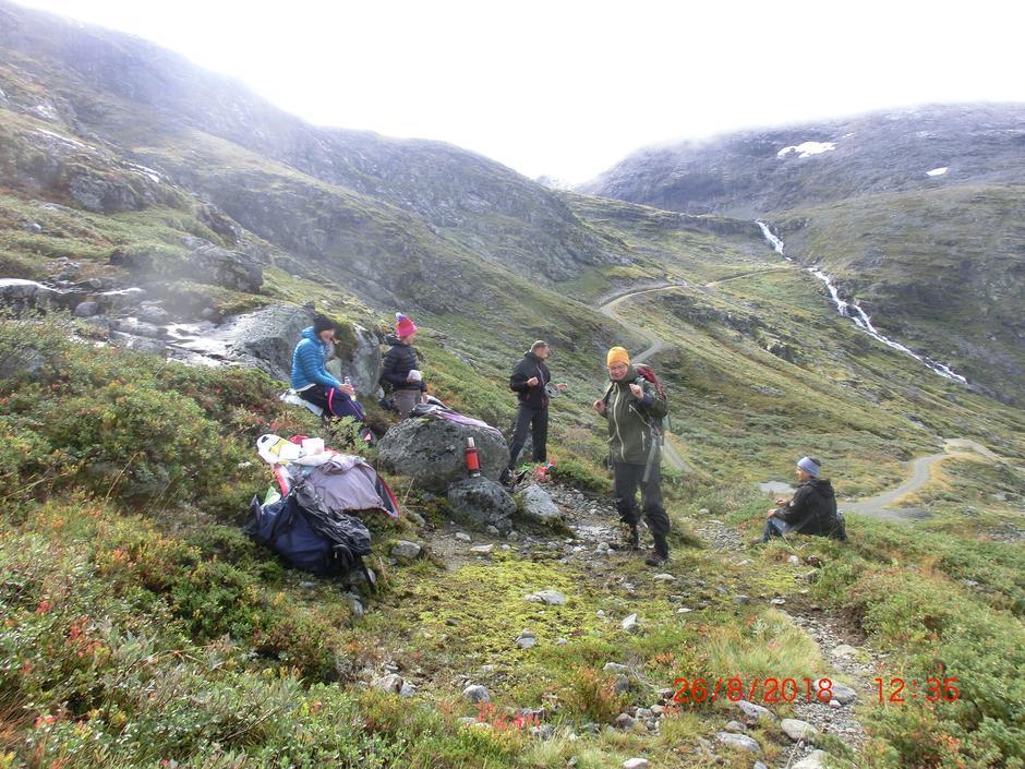 Siste niste og termos tømmes nederst i Steindalen før vi ta anleggsvegen fram gjennom Helgedalen til Turtagrø.