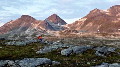 På vei ned Innerdalsporten. Ottadalskammen, Østre Somrungnebba og Storsomrungnebba dekt av morgensol.