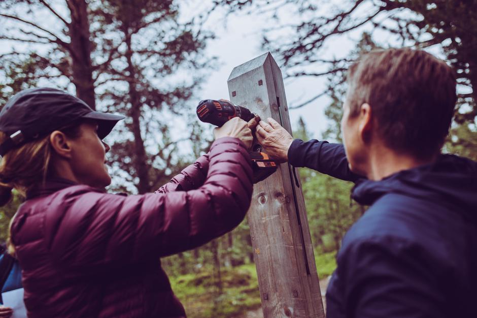 Riksantikvar Hanna Geiran merker den nye historiske vandreruta.
