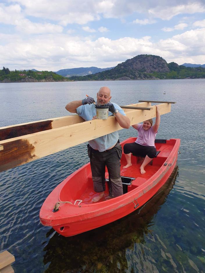 Tore Dahl tar i bruk kreative løsninger for å få malt stupebrettet på Nodhagen.