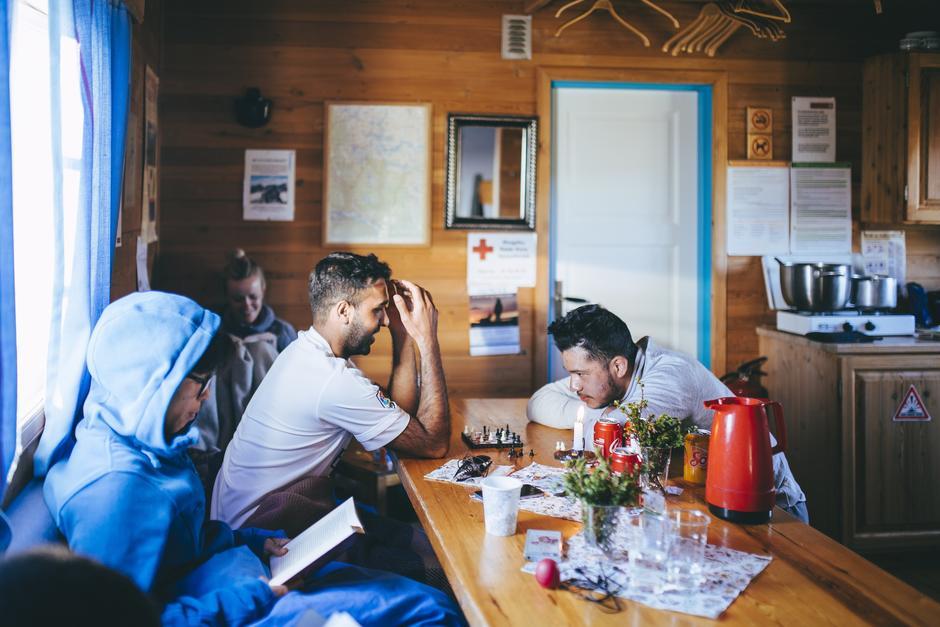 TID: På enkelte av hyttene var det ikke dekning, og plutselig var det topp med analoge spill og papirbøker.