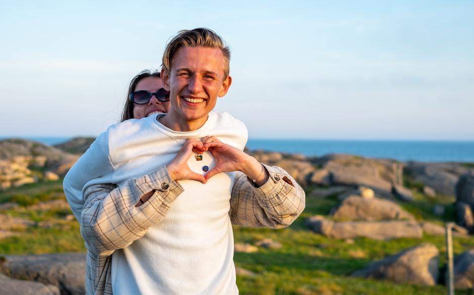 PINS-FINE: DNT ungs turledere Erika Gjelsvik og Torkel Reinertsen med Sjumilstøvelen-pin på brystet.