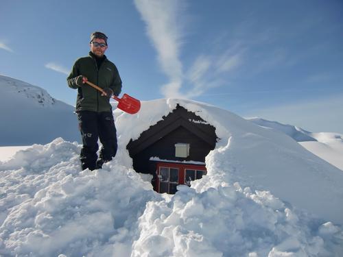 Geir Nilssen spar seg inn til vindu i 2. etg. på Vardadalsbu i Stølsheimen. Med tanke på slike snømengder kan nemlig dette vinduet åpnes utenfra. Smart!