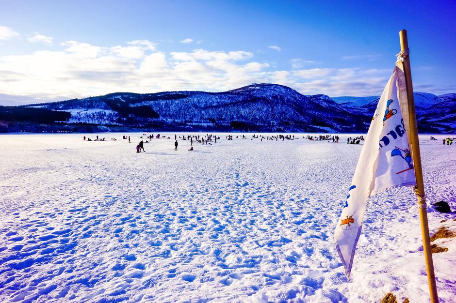 Over 100stk samlet på Møkkelandsvannet for en spennende isfiske konkurranse.