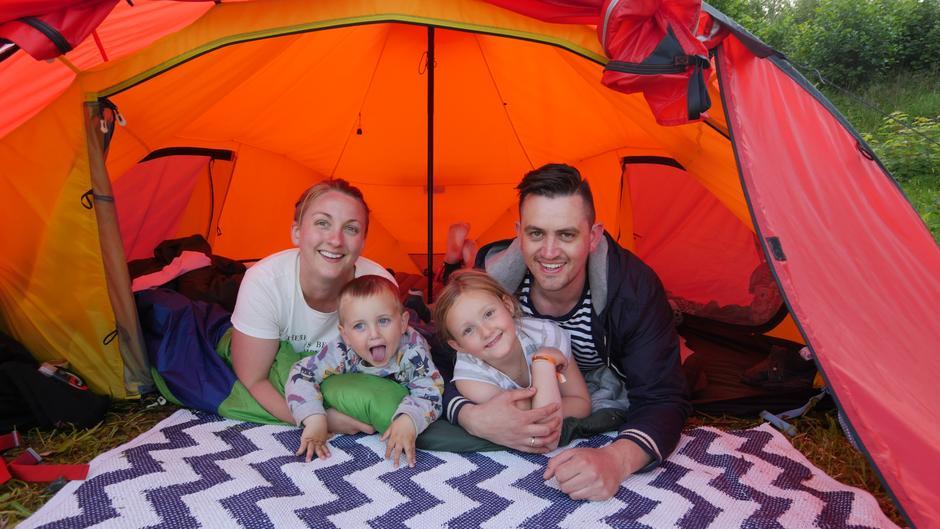 Familien Rettedal Grønås har i år valgt å feriere i telt sammen med Barnas Turlag på Nodhagen.
