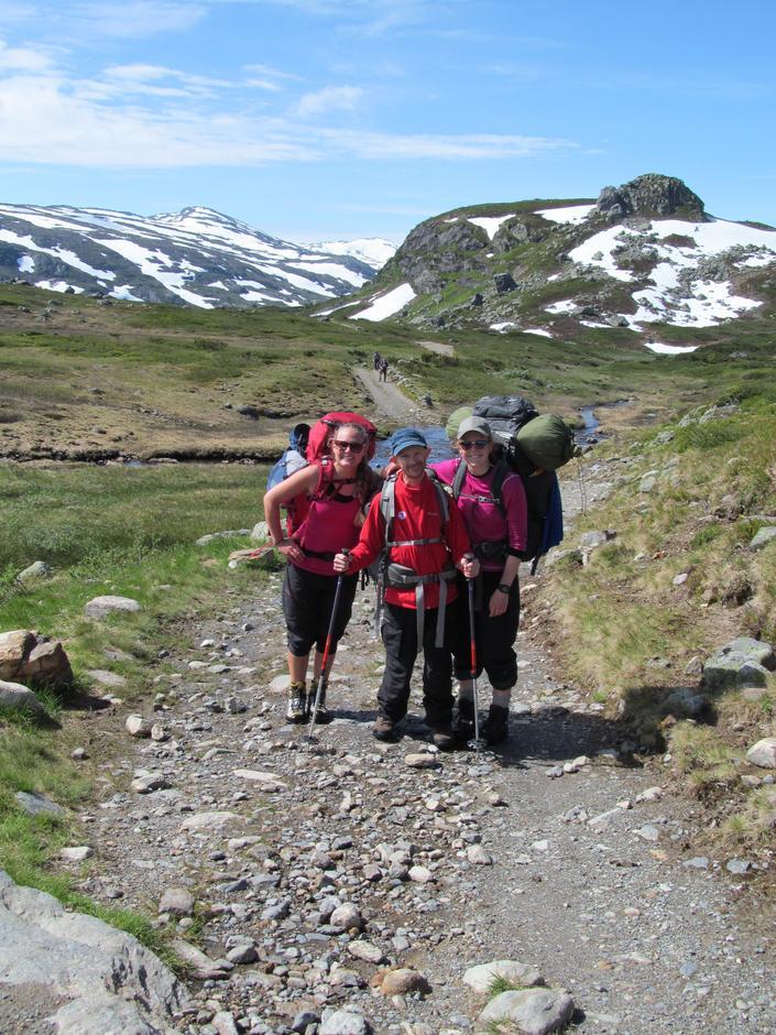 Fornøyd gjeng i fjellheimen. Lege Solveig Karbø Onstad, deltaker Sindre Klakegg Bruflot og hjelper Marie Bjørbæk