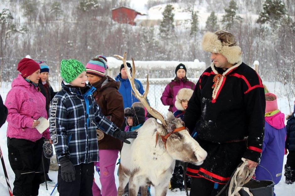 Fornøyde barn fikk hilse på reinsdyrene på Kåringen på Kom deg ut-dagen 7. februar 2016.
