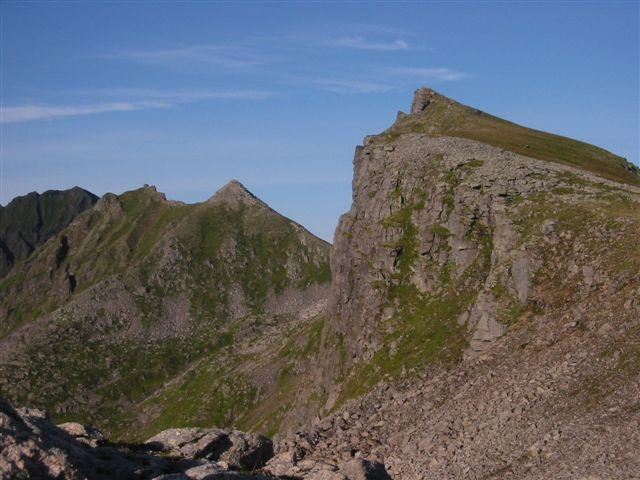 Til høyre fra Storbåtsegga ser du Dalbotntinden og Ol-Hansatinden.