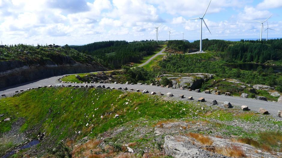 Vindkraftanlegg fører til store naturinngrep som vi hittil ikke har sett i norsk natur. Her ved Lista vindkraftverk så går det med 700 meter vei pr. vindturbin.