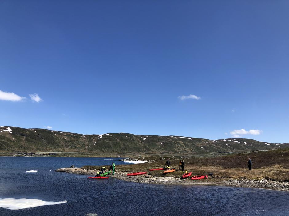 Kajakker er tatt frem for sesongen. Hva med å starte turen til Kista med en padletur?