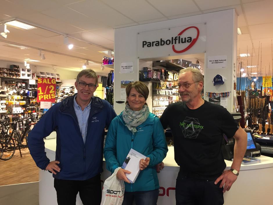 Markering av Harstad Turlag sitt medlem nummer 1500, Ann-Cissel Furø. Her sammen med styreleder Nils Erik Bakke og daglig leder på Parabolflua, Hans Erik Myreng.