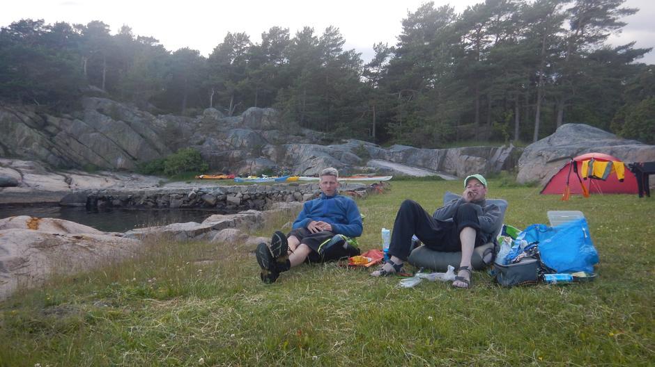 Trond-Inge og Rune slapper av etter middagen.