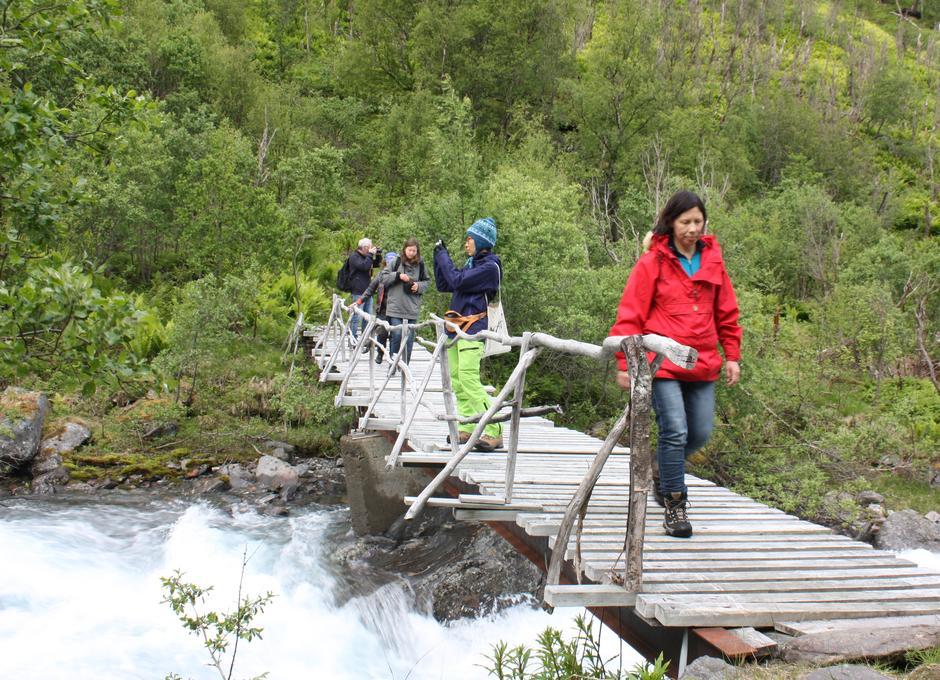 I Nord-Troms er det flotte turområder og muligheter. Her en brokryssing over Skardalselva.