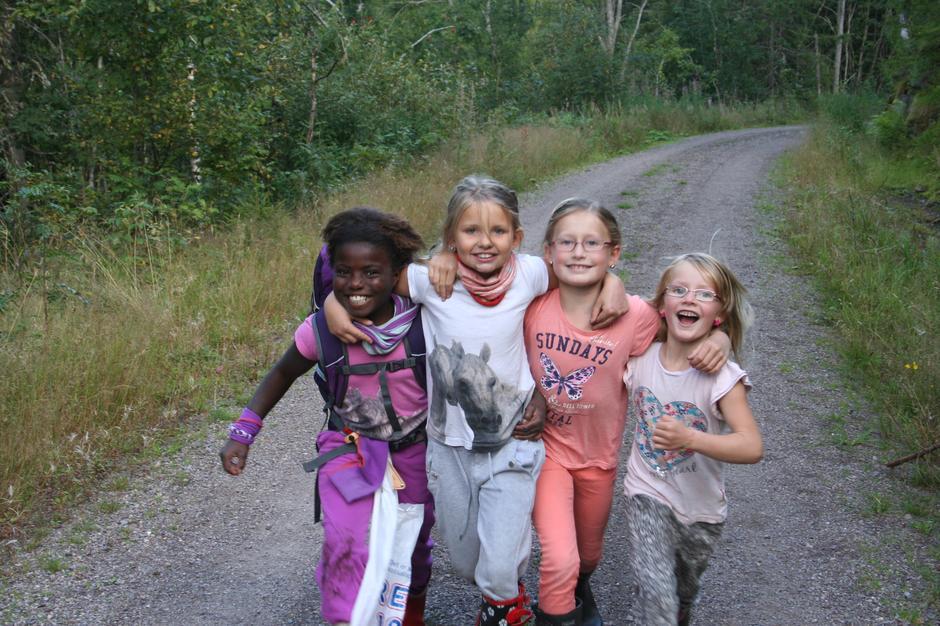 På vei til Skibergfjell, Vestfolds høyeste topp (632 moh.), med glade barn :-)