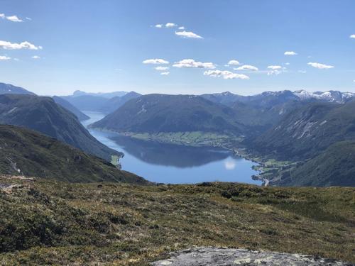 Utsikt frå Løkjabotsegga mot Jølstravatnet på veg ned att frå Høgenipa.