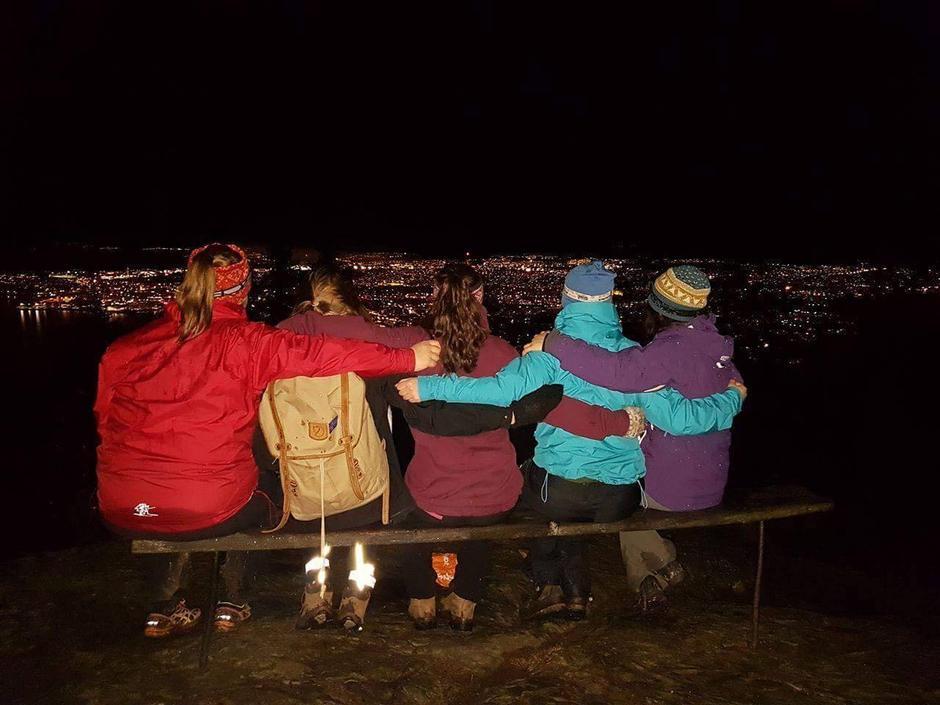 Kveldsturgjengen nyter nydelig utsikt over Trondheim på toppen av Våttakammen.