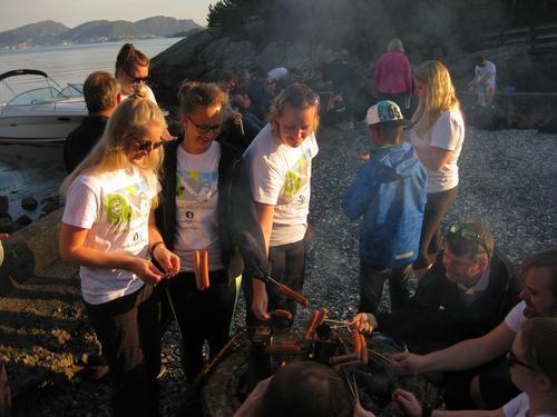 Sofie (11) og TarjeI (11) tar tenåringene fra Askøy med på tur