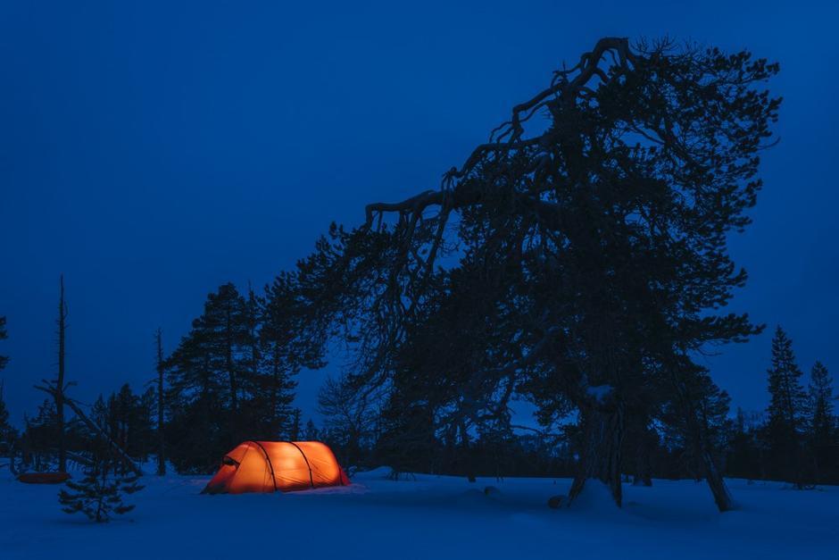 SLOTT I SNØEN: Et lite, rødt telt i fjellskogen slår all verdens hyttepalasser langt ned i skistøvelen.