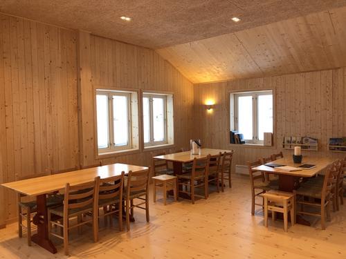 Brebua inneholder et stort fellesrom, kjøkken, flere soverom, tørkerom, toaletter og dusjer.