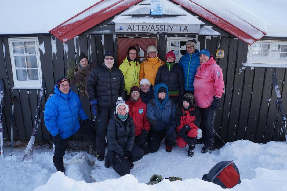 Turprogrammet er variert og spennende. Her bilde av en fornøyd gjeng som har vært med turleder på gourmet-tur på Altevasshytta.