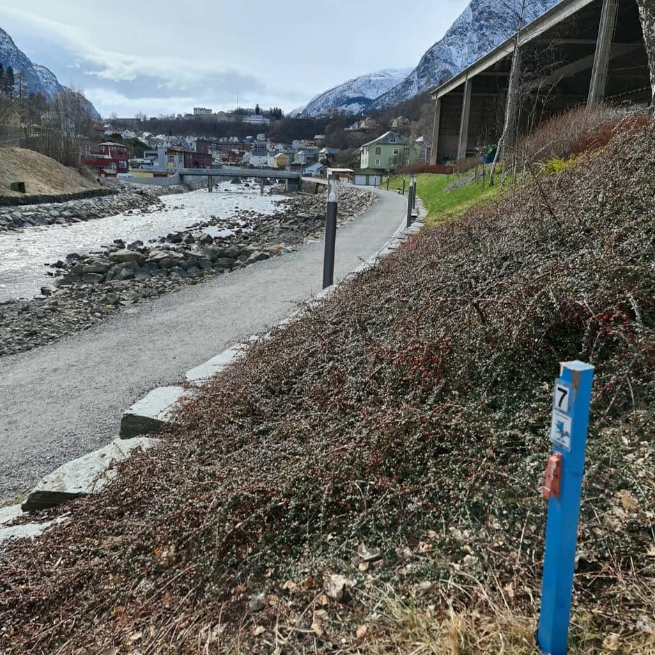 Turbotrimstolpe nr  7 er plassert  langs Elvepromenaden i Odda.  Står bak Skalltaket. Kan parkere på Almerke og gå oppover