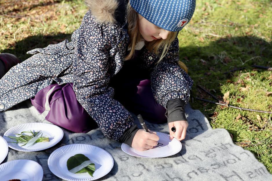 Barnet kan selv skrive på tallerkenen, så får man gjort litt skrivetrening også.