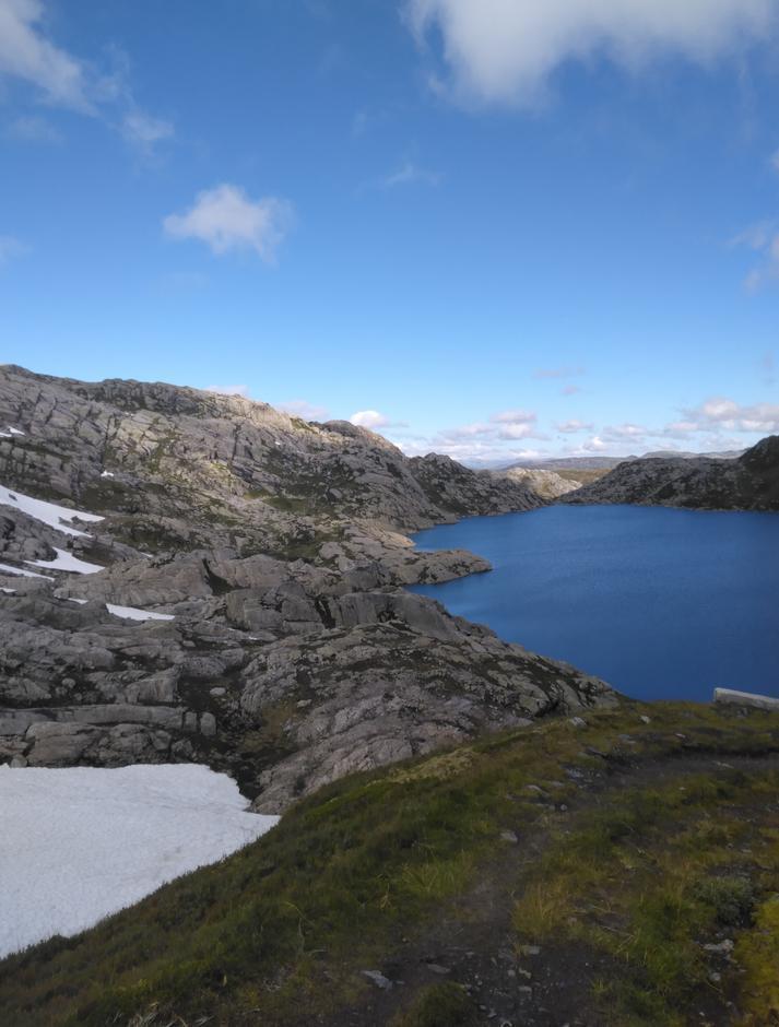 Torsdag 3.9: Storlitjørn: rute Småbrekke-Gullhorgabu. Alternativ rute merket på vestsiden av vann pga stor fonn på normalruten/østsiden av vannet.