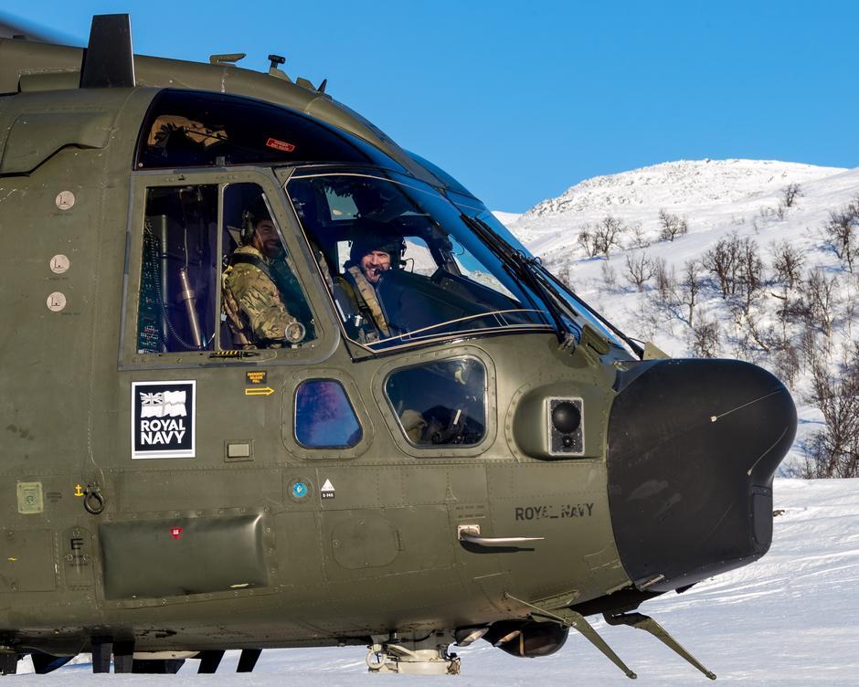 God trening: Pilotene i helikopteret Merlin Mk3a får god trening i letting og landing på krevende vinterterreng. Til høyre er Commander Bond, Commanding Officer på 845 Naval Air Squadron og til venstre er løytnant Steven Irwin.