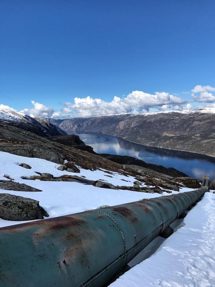 18. April 2017 Flørlitrappene 4444 har snø på toppen, det meldes om at det er mulig å gå. Noe snø opp siste del og ned øverste del i Rallarstien.